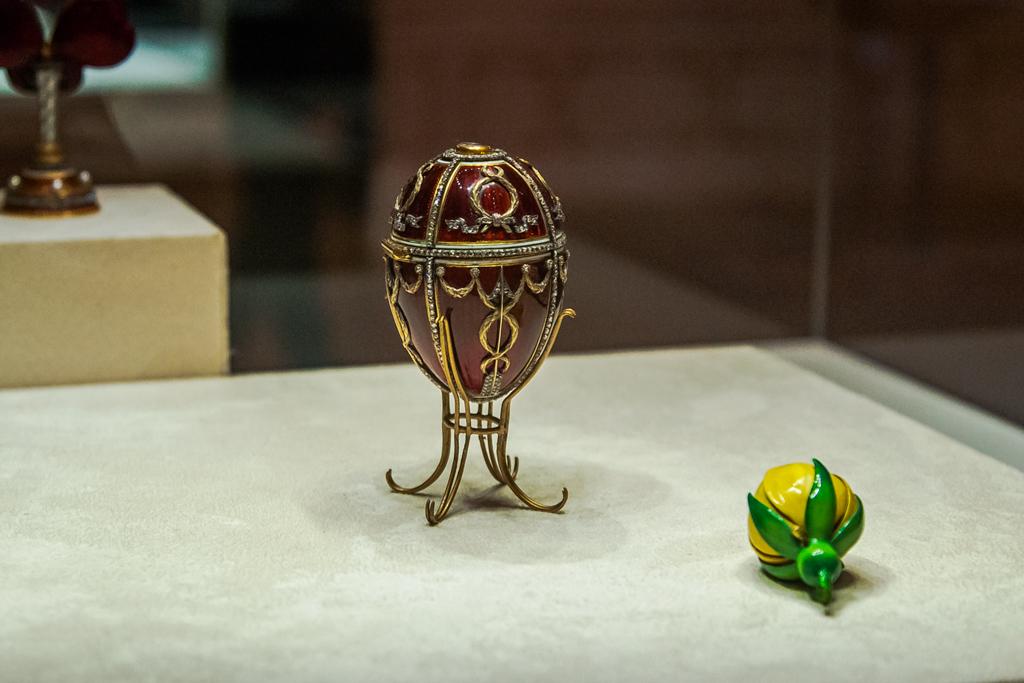 Яйцо с бутоном розы Фаберже в музее в Петербурге
