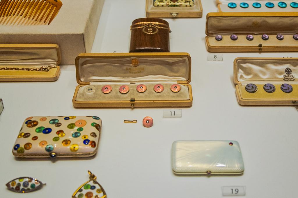 Музей Фаберже, драгоценные изделия с эмалью