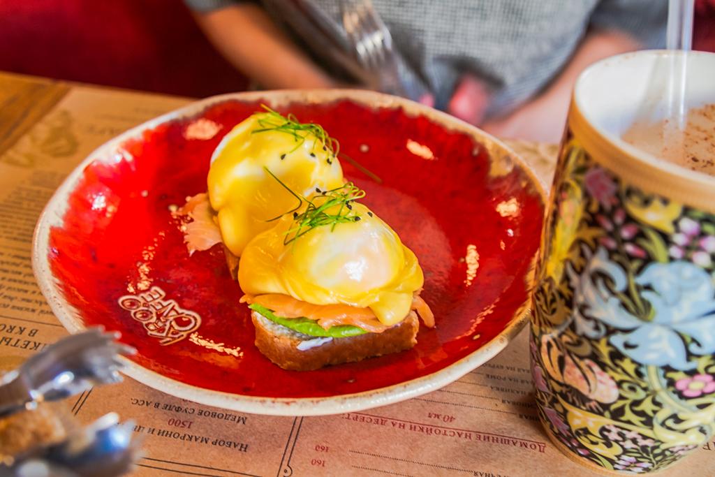 Яйца Бенедикт с лососем на чиабатте Kroo Cafe