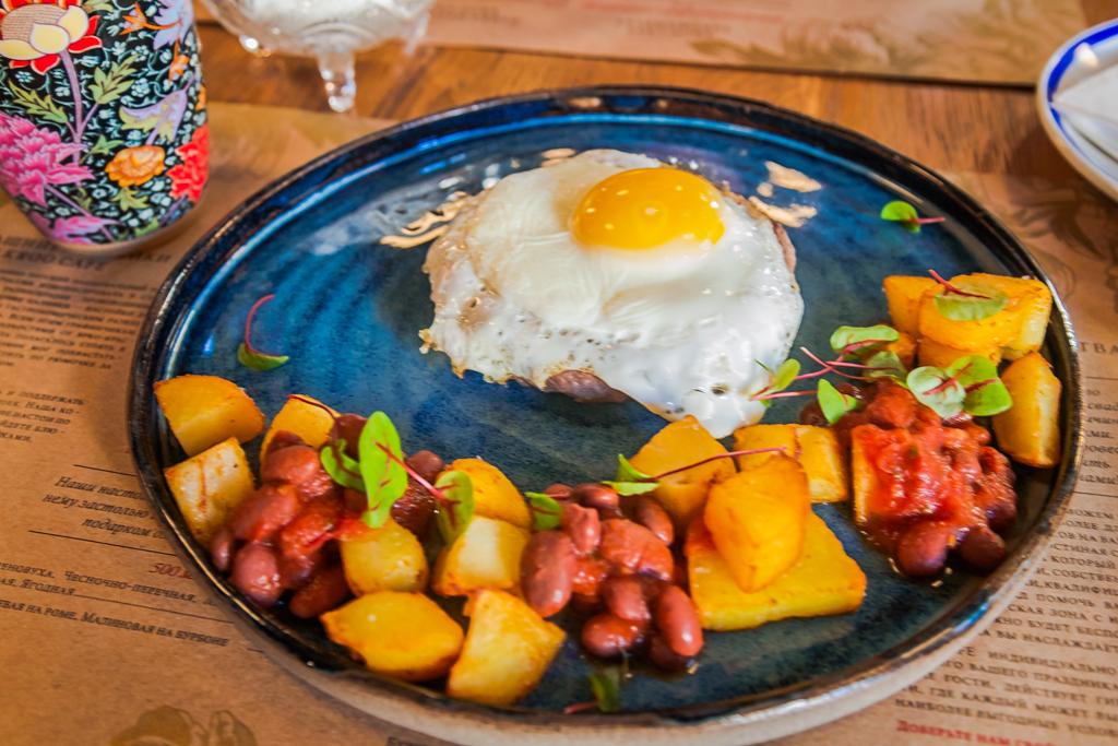 Бифштекс с яйцом и картофелем Kroo Cafe