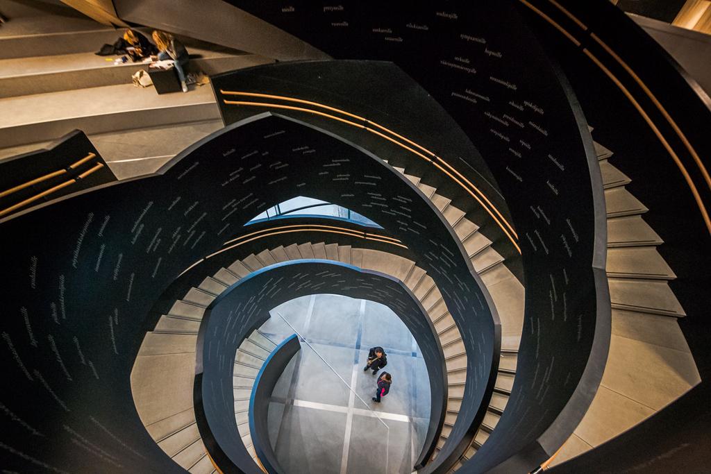 лестница между этажами в библиотеке Oodi в Хельсинки