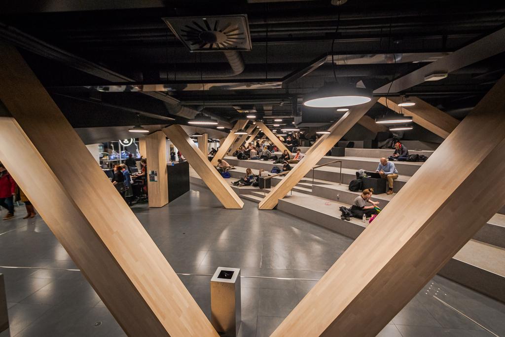 Второй этаж в библиотеке Oodi в Хельсинки