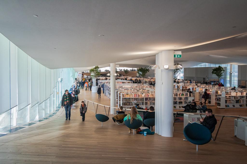 Интерьер внутри библиотеки Oodi в Хельсинки