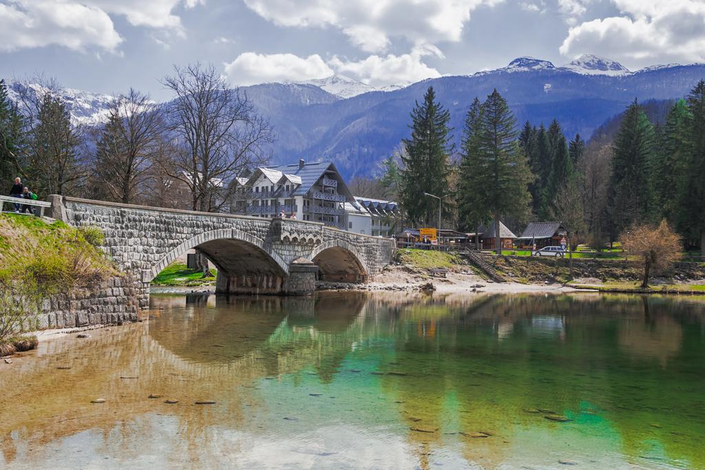 Мост и отель на озере Бохинь
