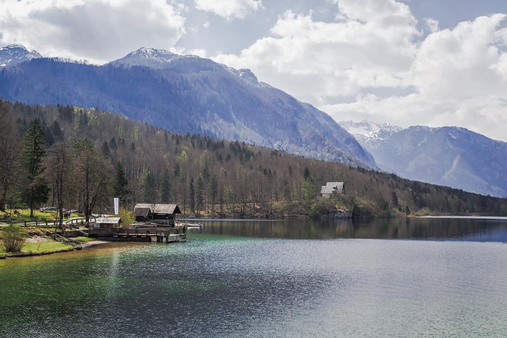 Небольшие домики на берегу озера Бохинь