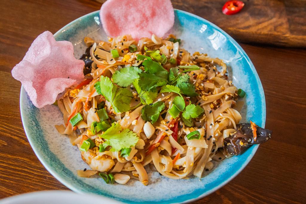Лапша с креветками и кальмарами в кафе Kuta в Порт Севкабель
