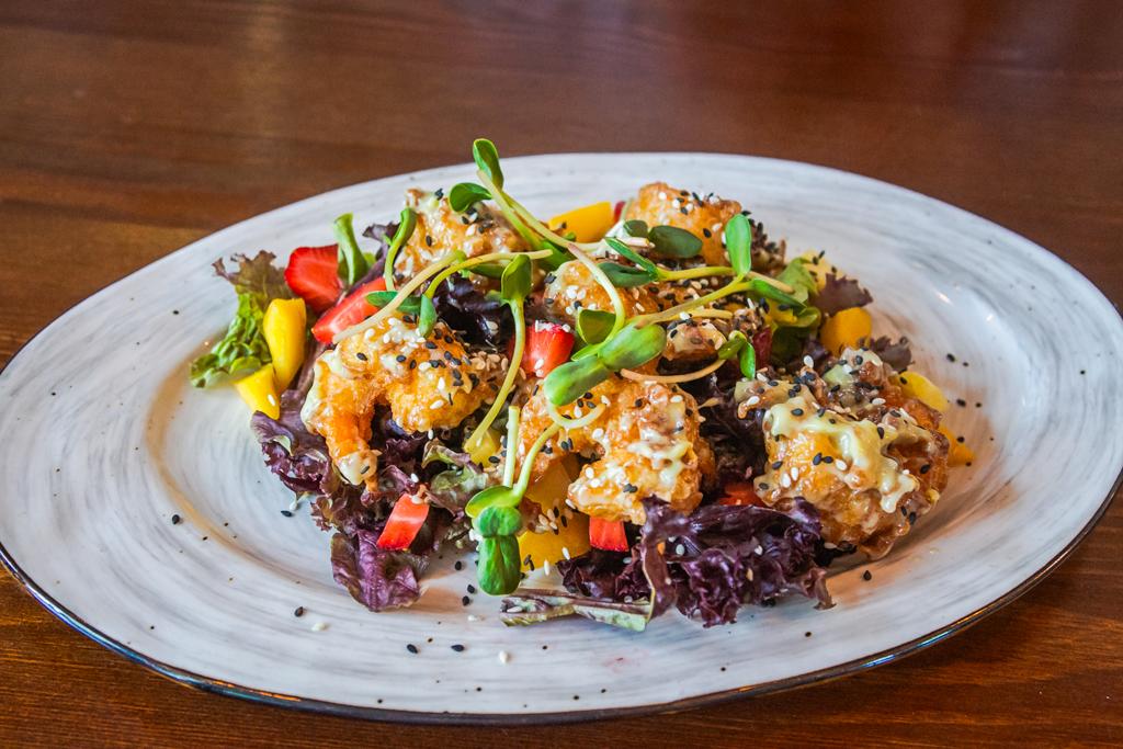 Салат с креветками в соусе васаби в кафе Kuta в Порт Севкабель