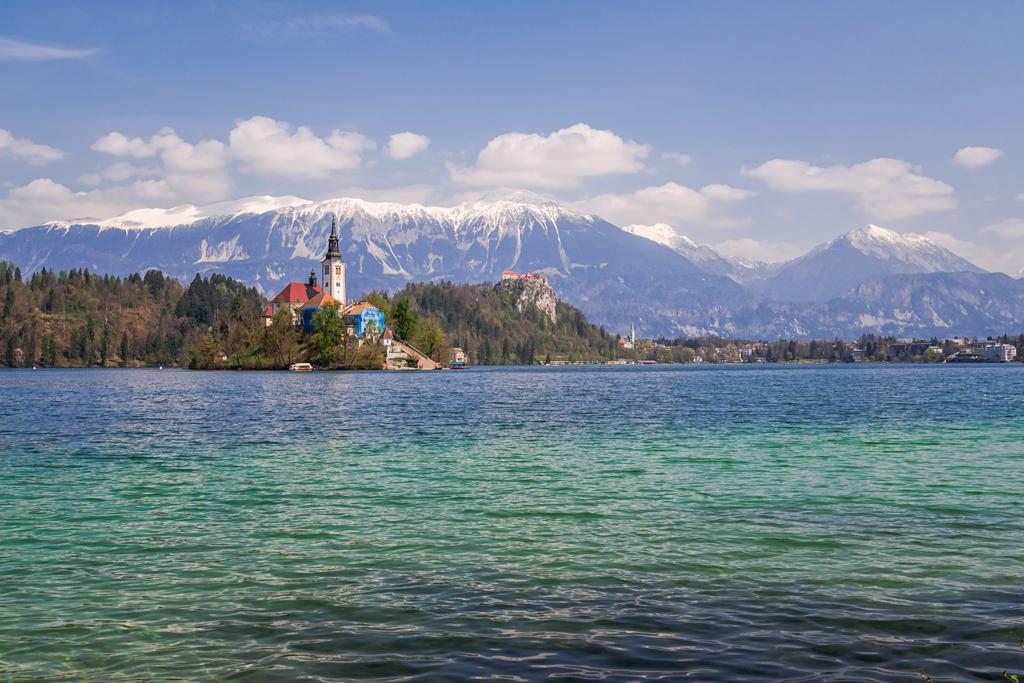 Остров с церковью на озере Блед в Словении
