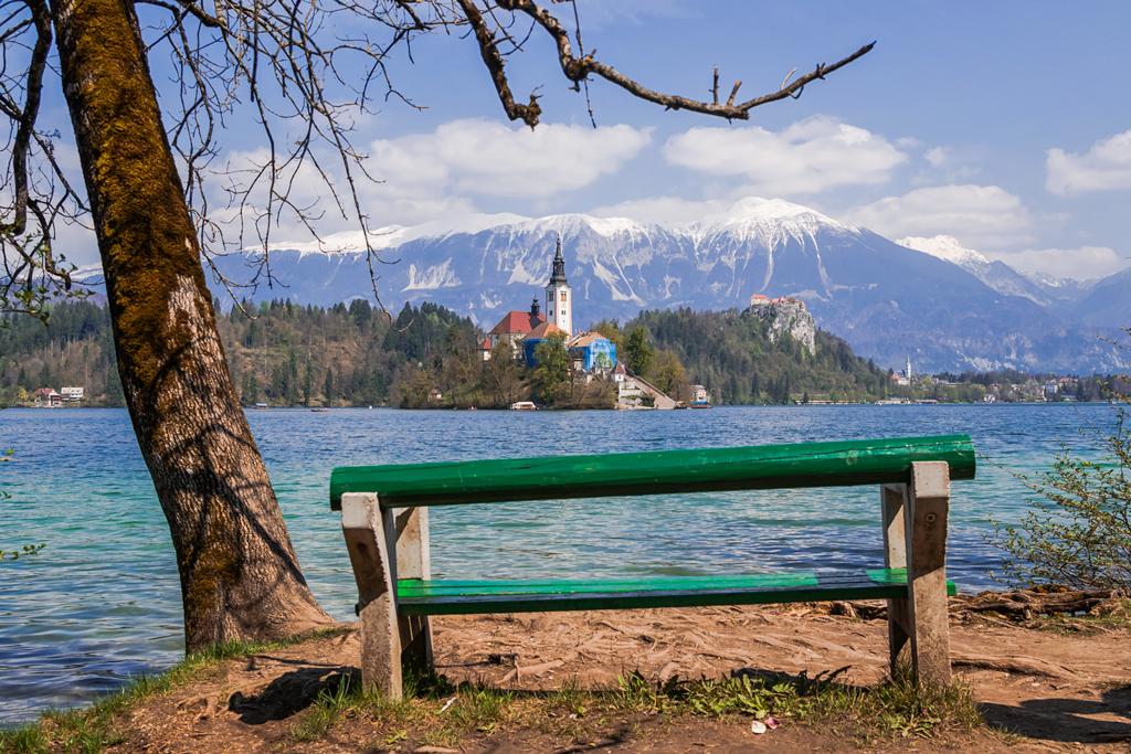 Скамейка у озера Блед в Словении