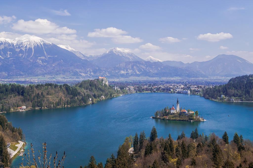 Озеро Блед в Словении сверху со смотровой площадки в хорошем качестве
