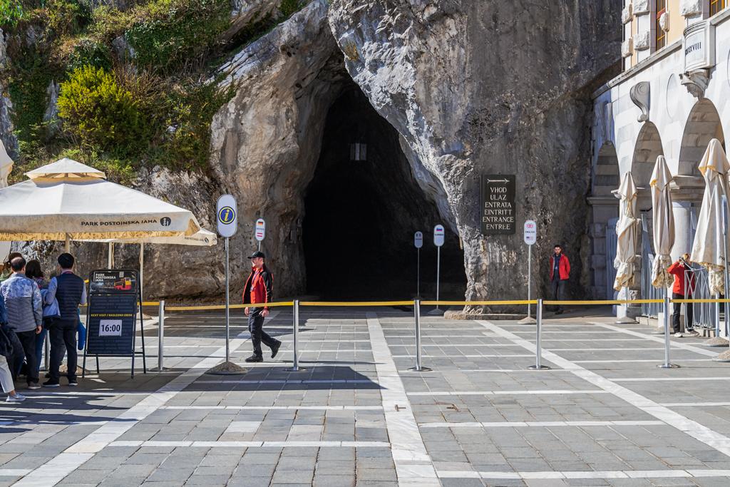 Вход в самую большую пещеру Европы - Постойнска Яма