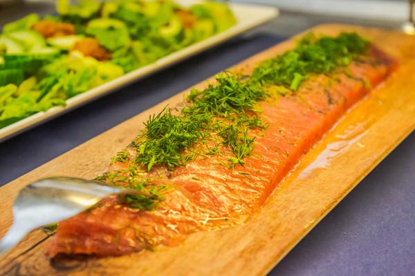 Как правильно есть за шведским столом? Правила поведения и культура шведского стола