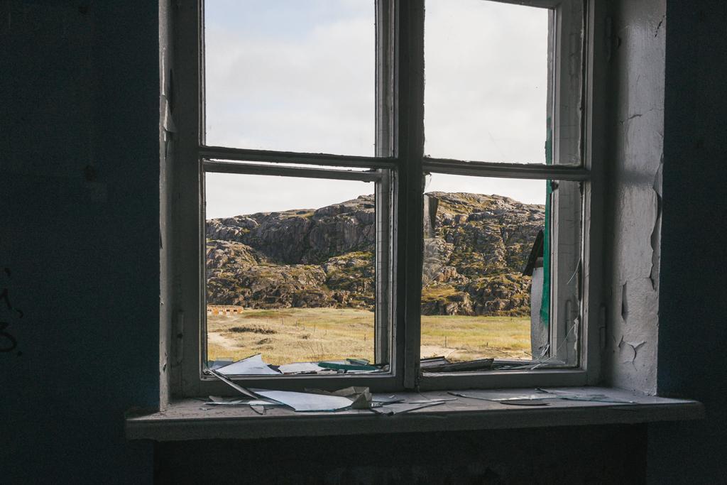 Разбитое окно в заброшенной школе Териберка