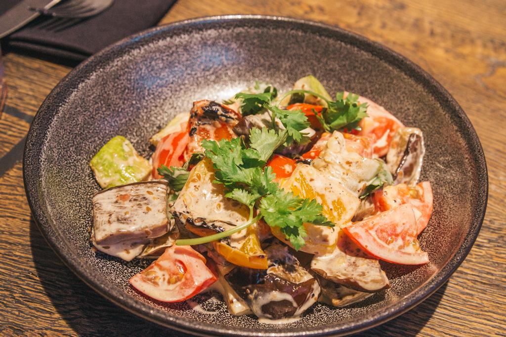 Овощной гриль-салат с ореховой заправкой в ресторане Hitch