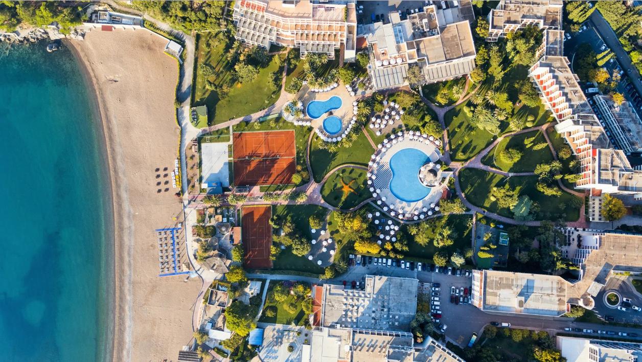 Территория четырехзвездочного отеля Iberostar Bellevue в Черногории в Будве