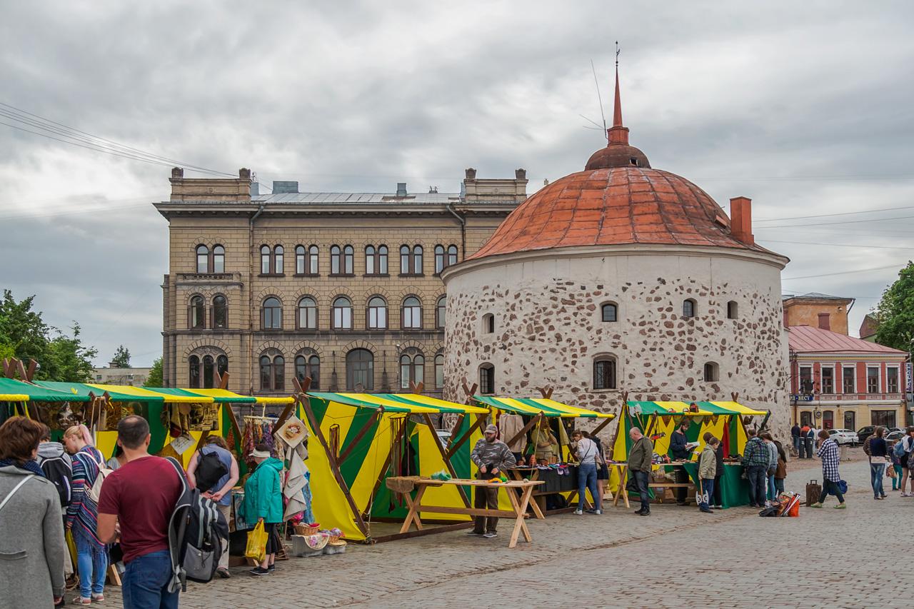 Средневековая ярмарка у Круглой башни в городе Выборг