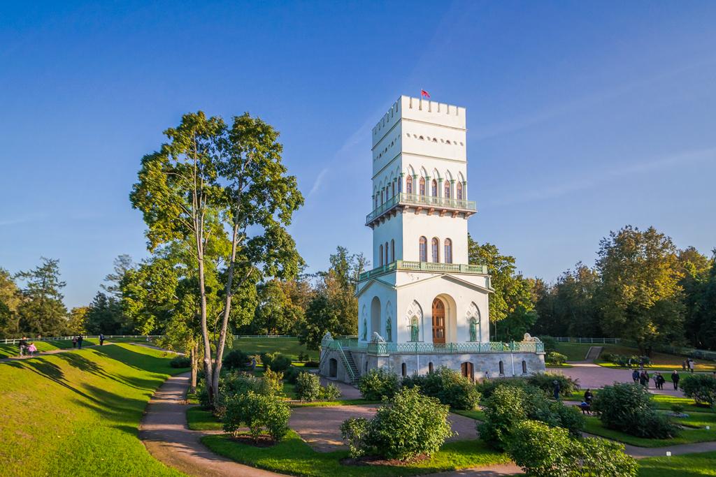 Белая башня в Александровском саду в г. Пушкин