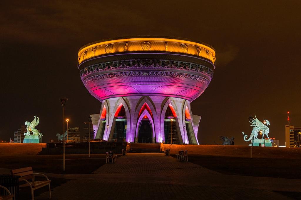 Казань, ЗАГС построенный в форме чаши или казана. Фотография ночная с подсветкой