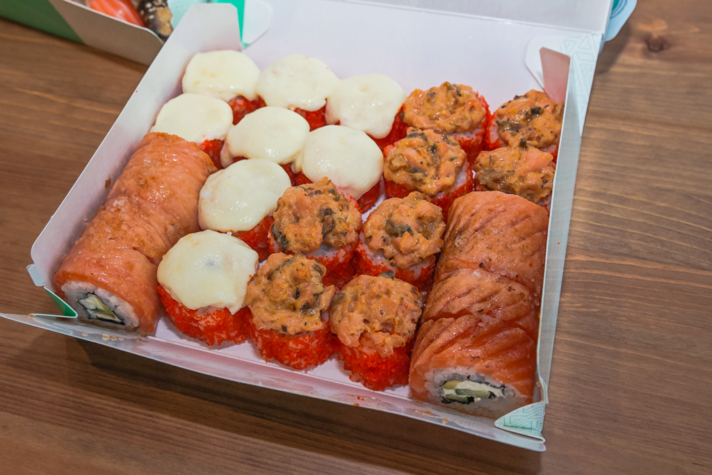 Набор роллов и суши Hot love с доставкой на дом от Ями Ями