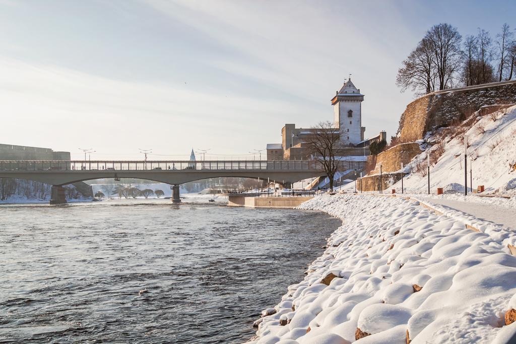 Замок в Нарве зимой. Солнечная фотография в хорошем качестве