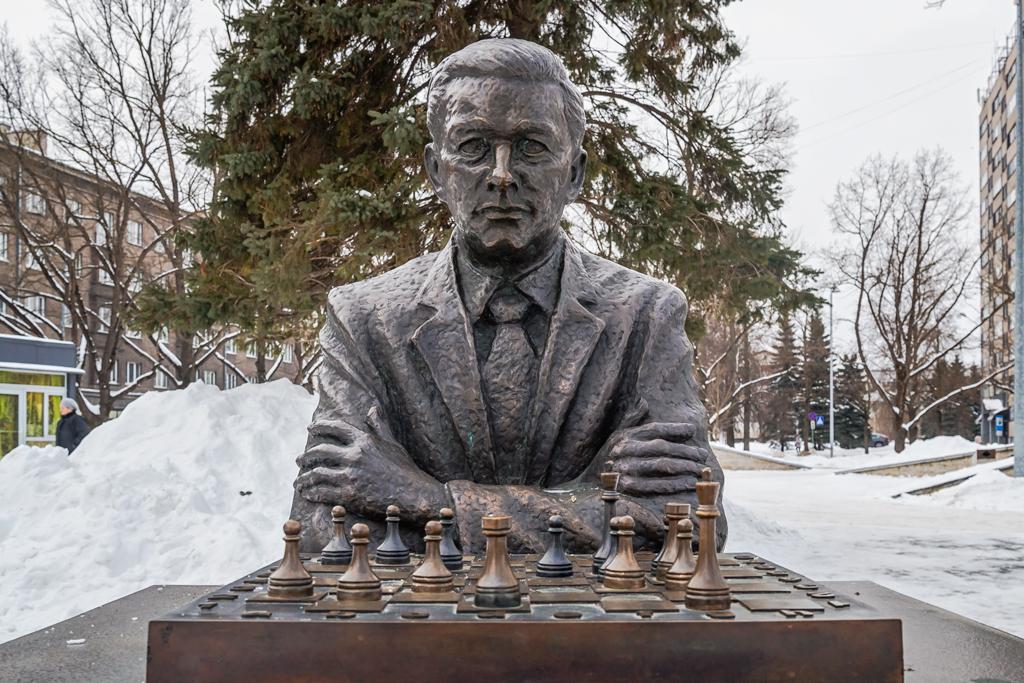Памятник эстонскому шахматисту Паулю Кересу в Нарве