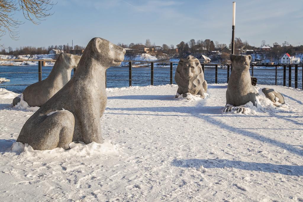 Памятник львиный прайд на новой набережной в Нарве, Эстония