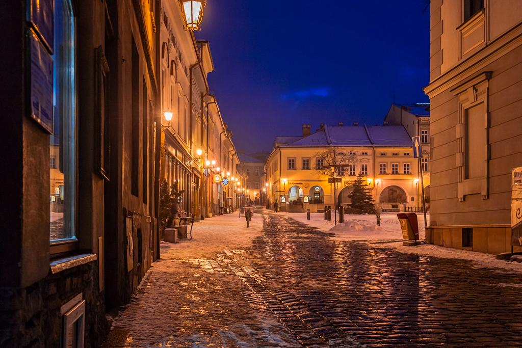Ратушная площадь города Бельско-Бяла вечером и ночью. Очень красивая фотография в высоком качестве