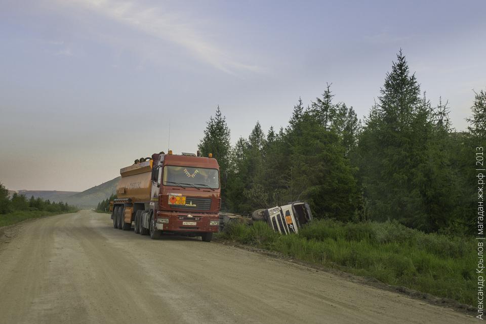 На Колымской трассе топливозаправщик съехал в кювет \ Фото: Александр Крылов \ 2013