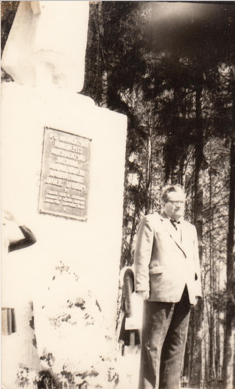 фото Галюги у памятника 3 парт.дивизии (1)