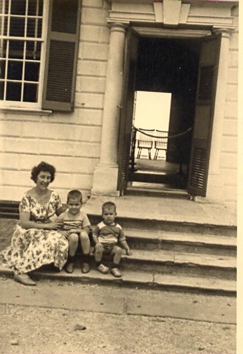 Фото жены и детей Саши, присланное Д.С.Копацкому