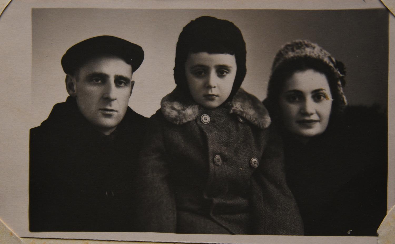 Мария Стрельцина с мужем Яковом и сыном_Могилев_около 1960