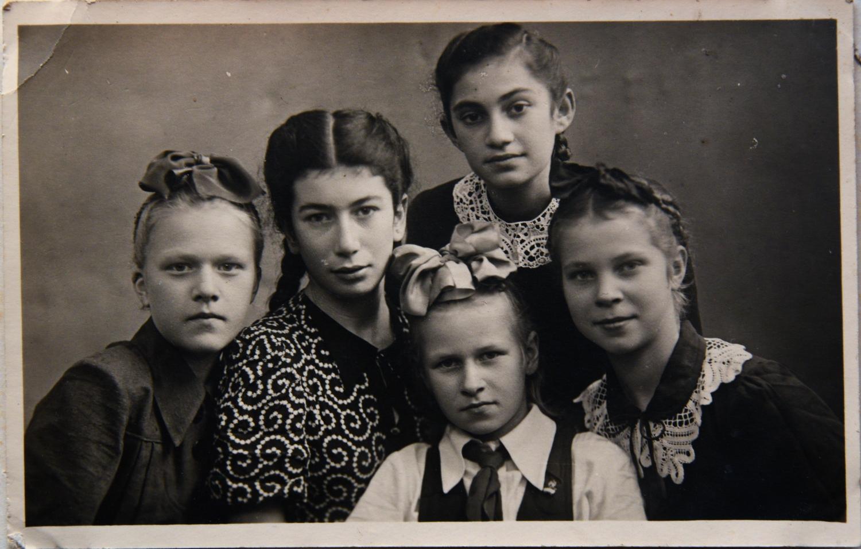 Мария Шуб (вверху) с подругами по общежитию (Лида, Роза, Зина, Юля) в эмиграции_Куйбышев_1946