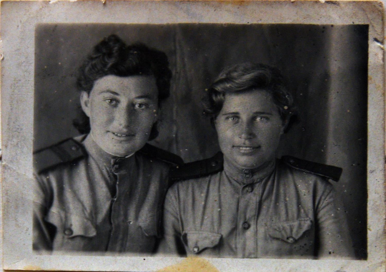 Лена Шуб, сестра Марии Стрельциной (слева)_Ростов_1944