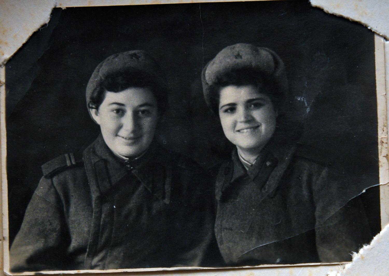 Лена Шуб, сестра Марии Стрельциной (слева)_Ростов_1944_2