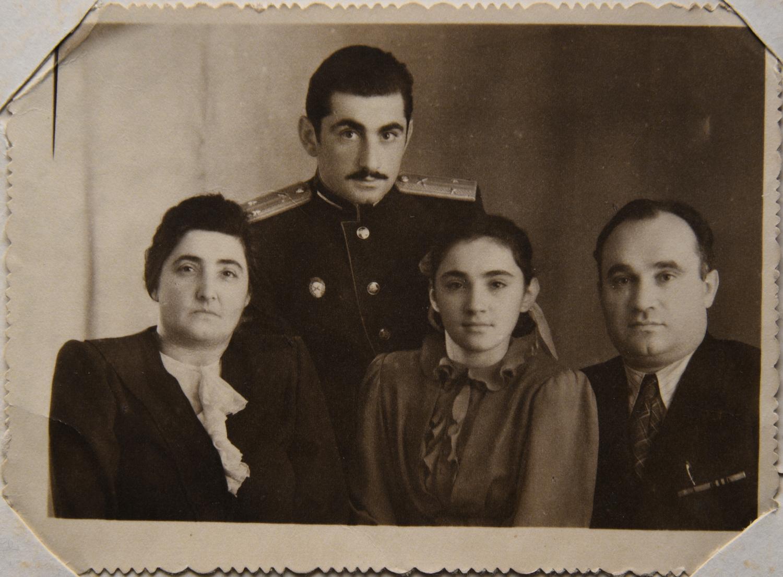 Михаил (Мейся) Шуб, брат отца Марии Стрельциной, с женой и детьми_Горький_1960-е