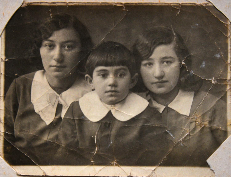 Рая Шуб (в центре) с сестрами_Быхов_около 1939