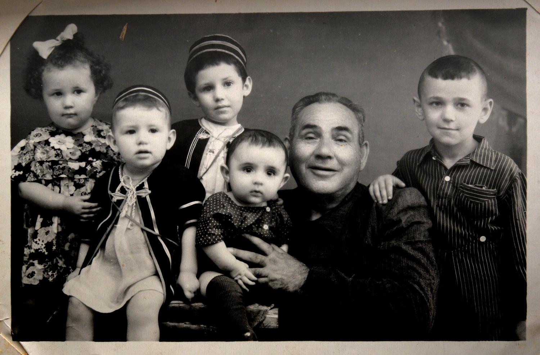 Рувим Плоткин, брат матери Марии Стрельциной, с детьми_середина 1950-х
