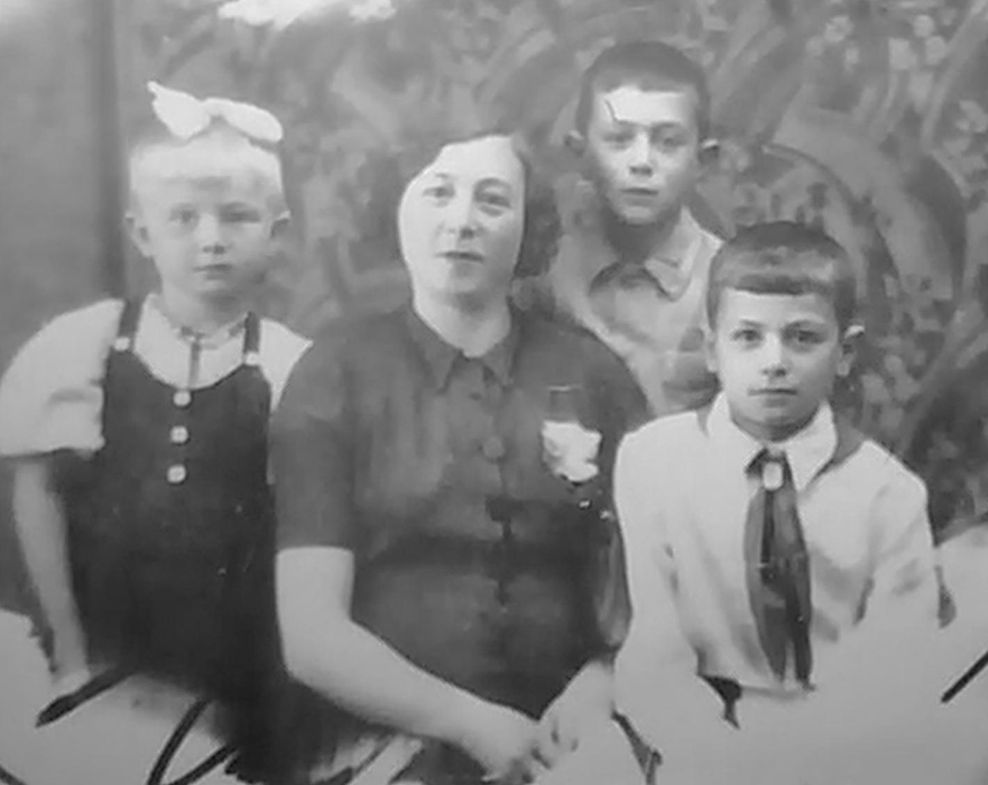Маша Израилевна Каликина с детьми Давидом, Раей и Левой_эвакуация, Самарканд_1943