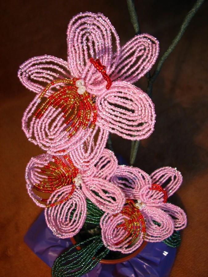Для получения подобного цветка необходимо: около 70 г розового мелкого бисера, 20 г красного и 20 г золотистого цвета...