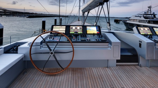 vertigo-yacht-fly-bridge