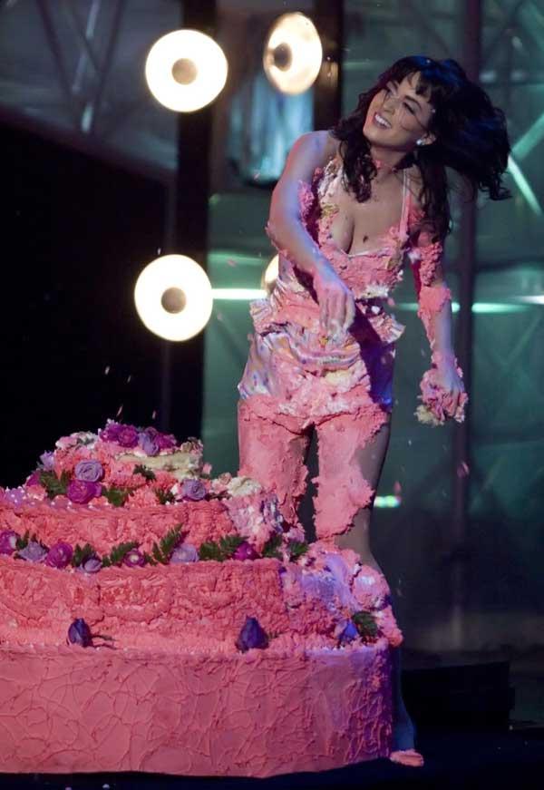 katy-perry-cake-fall-02