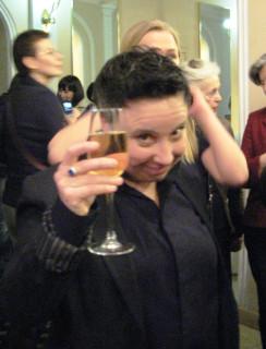 девочка какая то зачем то руки подставила.. Но женщина с шампанским - это открытие года для меня! Голос у неё ангелський!!