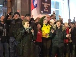 Российский флаг поднят над зданием в Украине