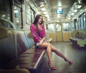 Девушка ехала в вагоне метро поздно ночью