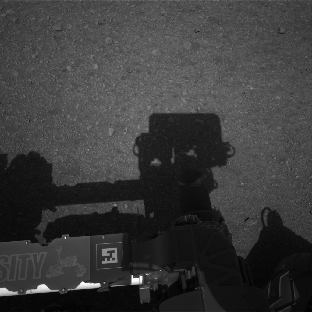 Вид на марсоход сверху, полученный с камеры Navcam. Видна тень от мачты аппарата. Фото NASA/JPL