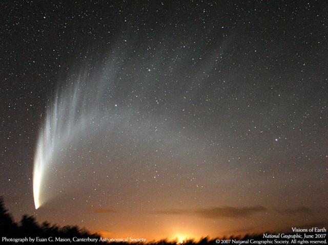 Комета Макнота над огнями города Ашбертон