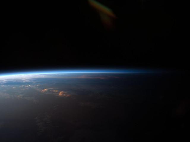 Экипаж «Экспедиция 27» сфотографировал этот закат над западной частью Южной Америки с борта Международной космической станции. Экипаж станции видит в среднем шестнадцать восходов и закатов в течение 24 часов.