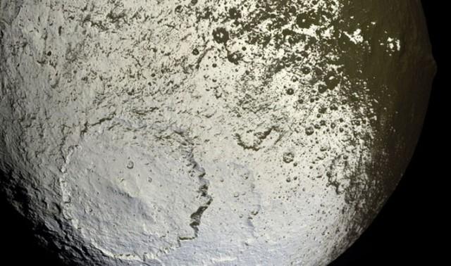 Япет, один из спутников Сатурна, отличается необычным «камуфляжем» поверхности, с темными пятнами на светлом фоне: состав этих пятен неизвестен, хотя некоторые данные говорят о том, что они содержат углерод.