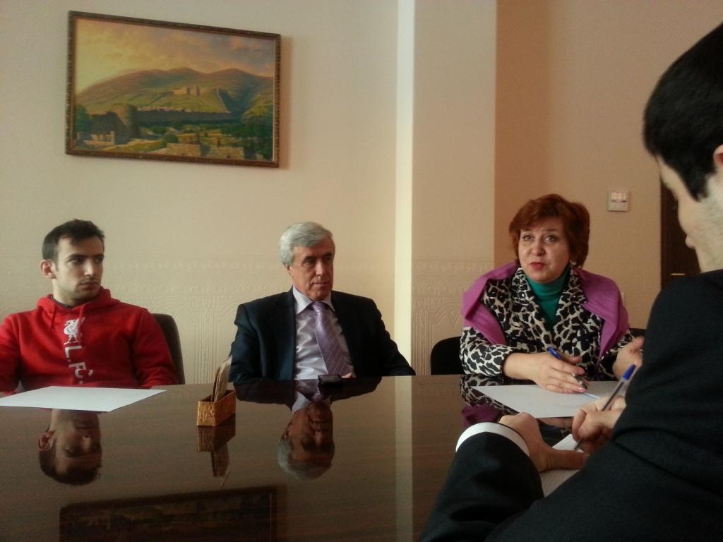 Профессор Асали Асалиев в окружении молодежи и преподавателей Академии им. Плеханова
