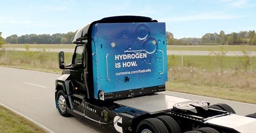 Седельный тягач с водородным топливным элементом и баллонами за кабиной